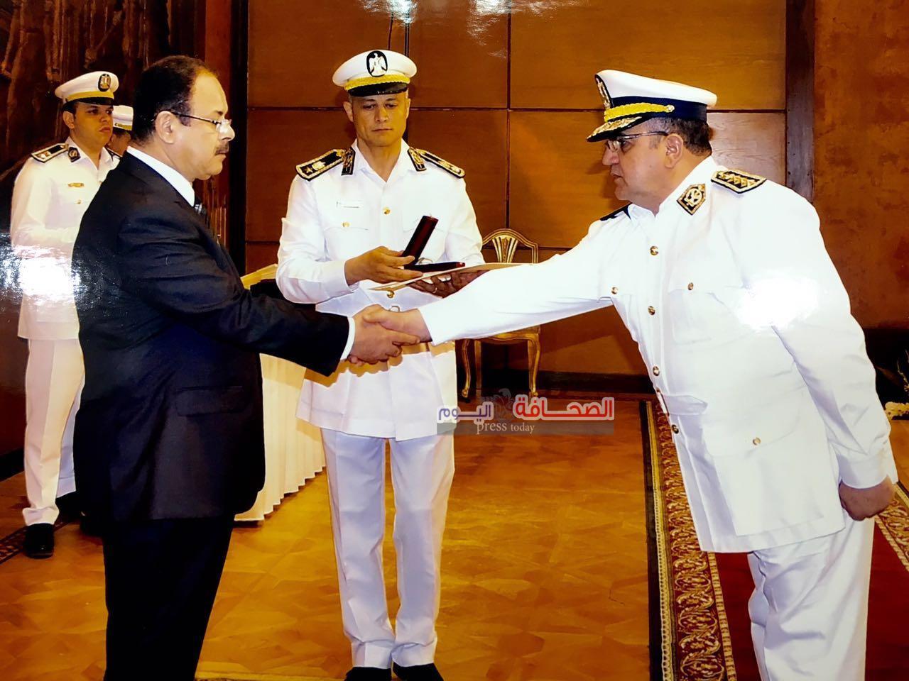 وزيرالداخلية يكرم العميد خالد عبد الحميد