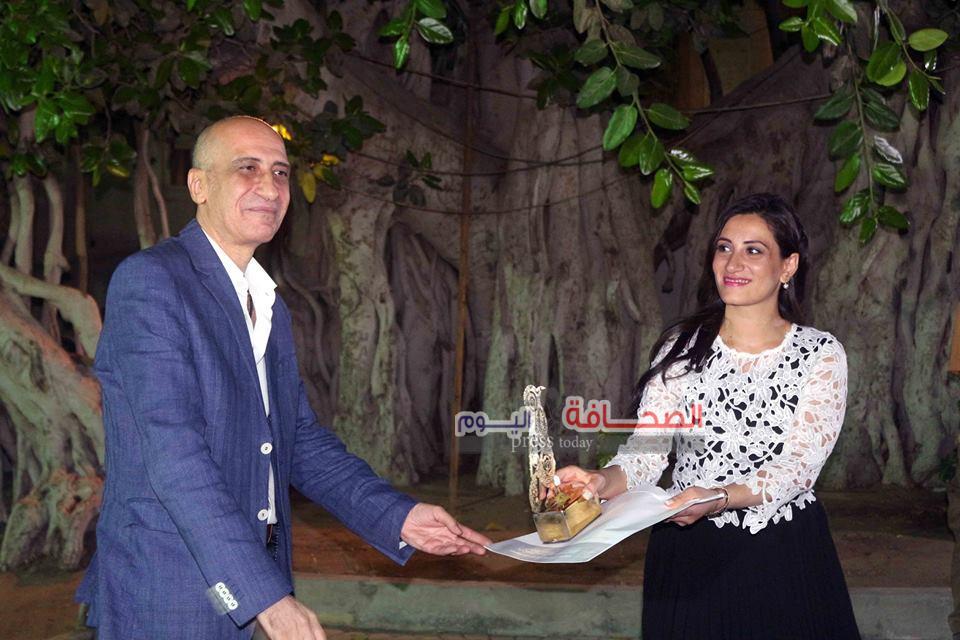 د. خالد سرور يكرم الفنانة مروة مطاوع