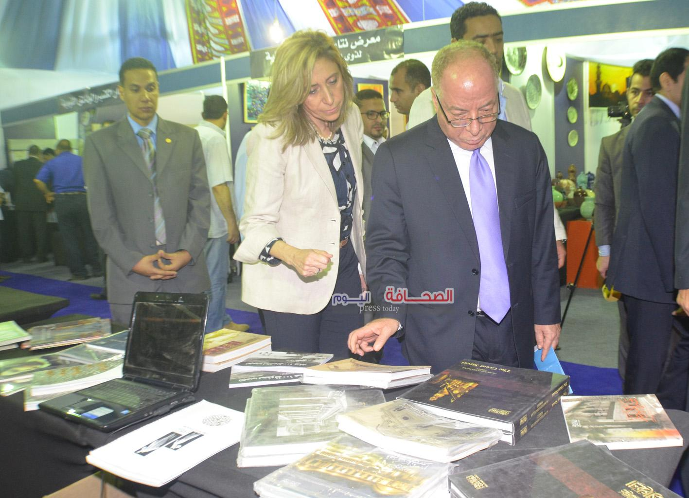 بالصور : النمنم يفتتح معرض الكتاب بساحة الاوبرا