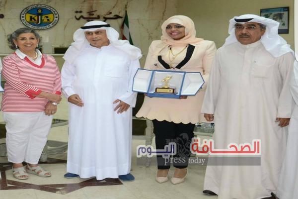 """جمعية الصحافيين الكويتيه تكرم الكاتبه """"أمل الرندى"""""""