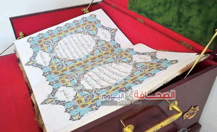 خطاط عمانى يُعيد نسخ المصحف بخط اليد