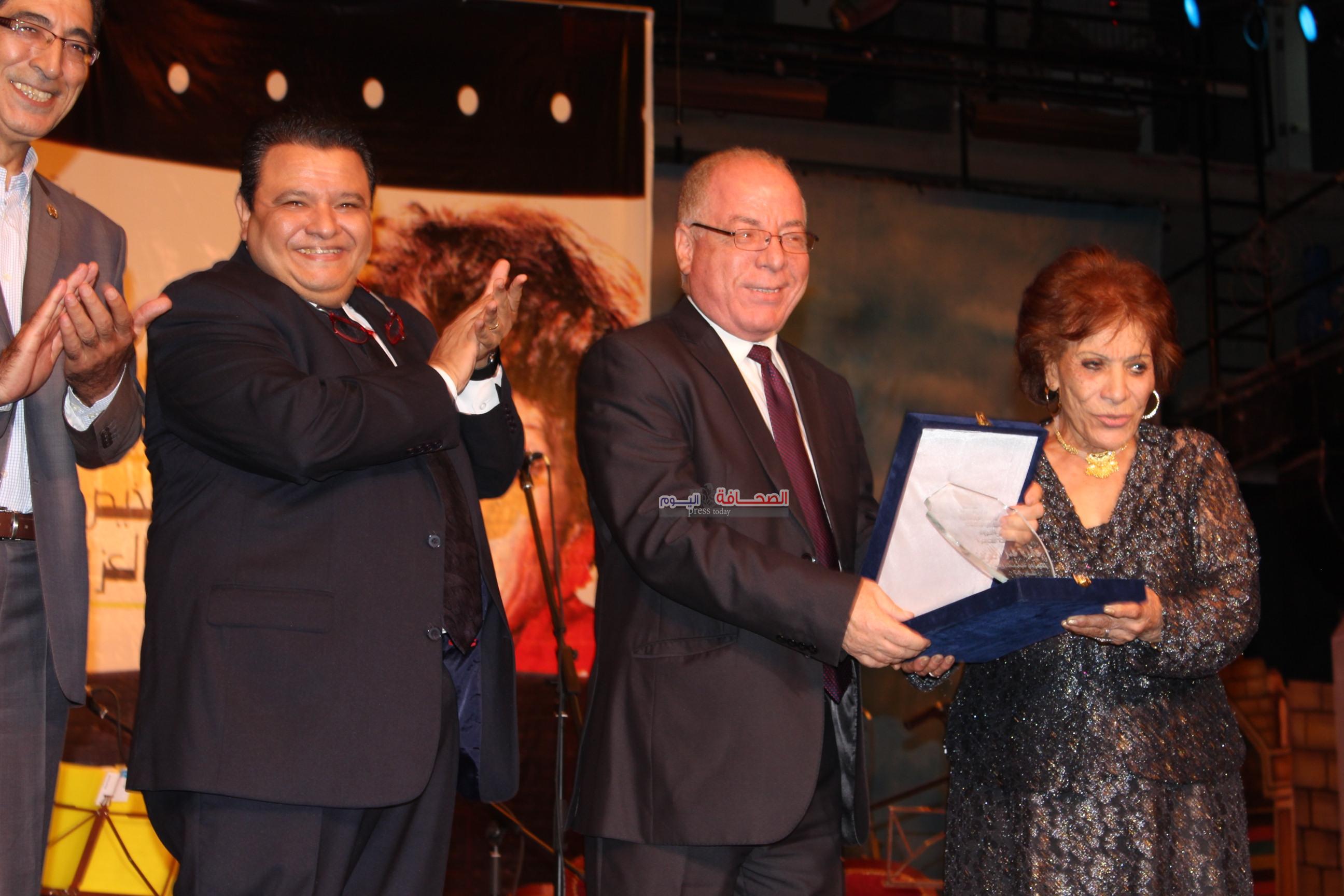 تكريم عايدة عبدالعزيز بالمسرح القومى