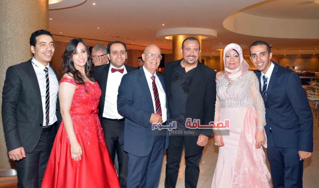 هشام عباس يتوسط اسرة العريس