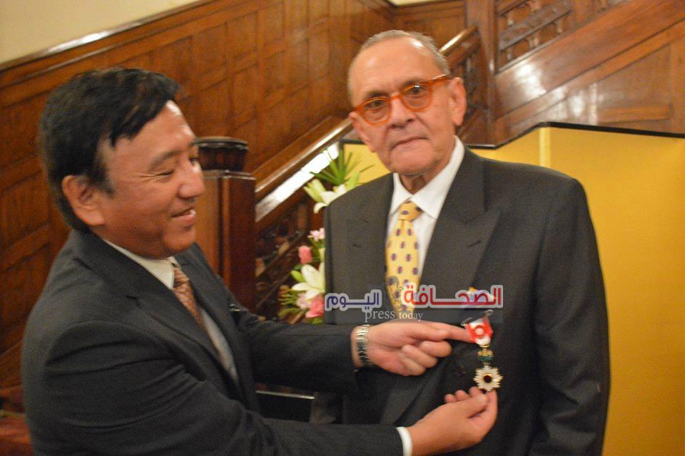 بالصور .. أرفع وسام يابانى لطبيب مصرى يعالج المرضى الفقراء بالمجان
