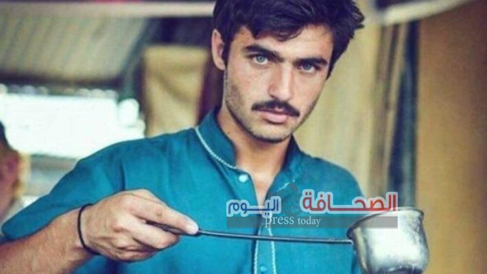 """"""" بائع الشاى """" أبو عيون زرقاء أصبح عارض أزياء"""