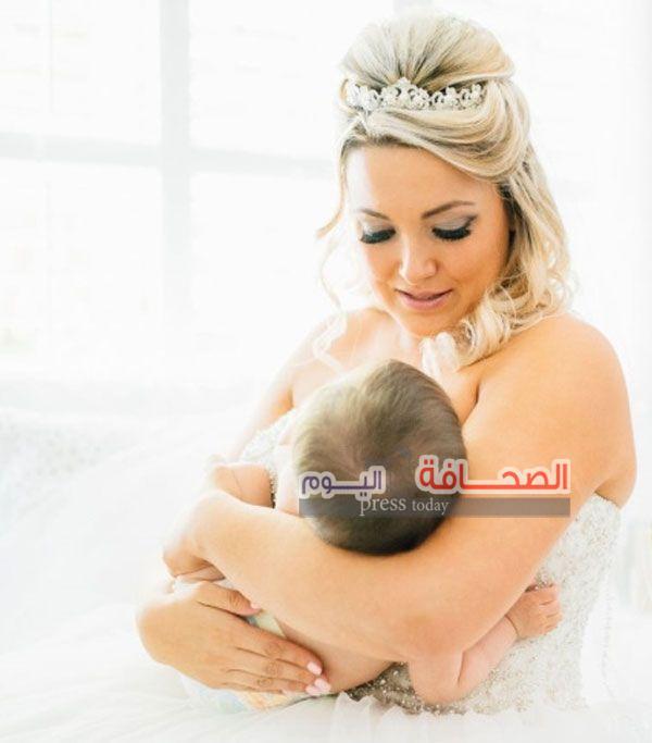 بالصور : عروس تقوم بإرضاع طفلتها أثناء مراسم زفافها