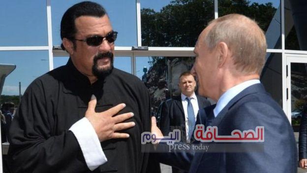 بوتين يمنح ستيفن سيجال الجنسية الروسية