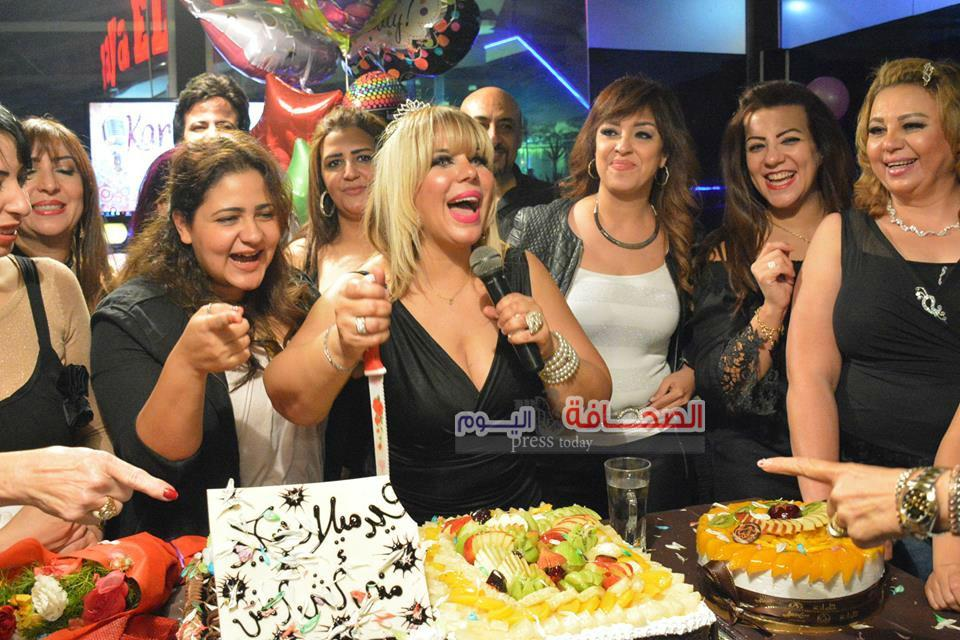 بالصور .. الفنانة منى أش أش تحتفل بعيد ميلادها على ضفاف النيل