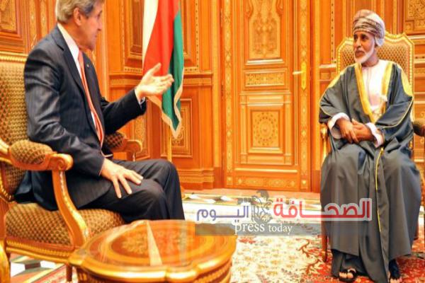 السلطان قابوس بن سعيد يستقبل وزير الخارجية الأمريكي ويمنحه وساما