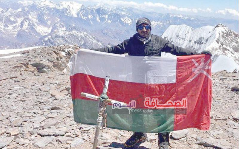 الناعبى: يتسلق ثانى أعلى قمة في العالم ويرفع علم سلطنة عمان