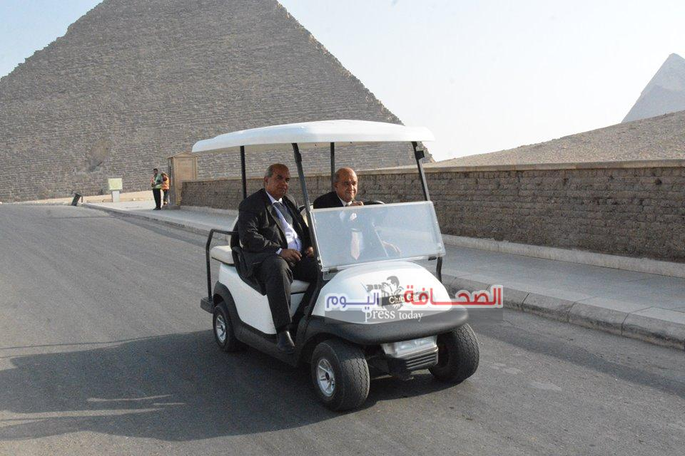 بالصور ..  وزير السياحة يقود سيارة كهربائية لتفقد منطقة الأهرامات