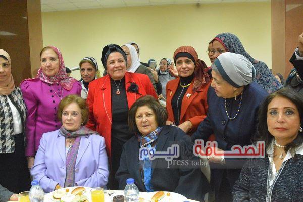 بالصور .. تكريم جيهان السادات لدورها فى دعم أنشطة الهلال الاحمر المصرى