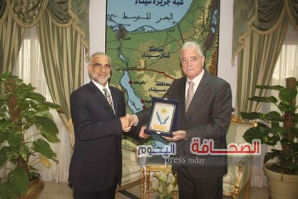 درع محافظة جنوب سيناء لسفير سلطنة عُمان