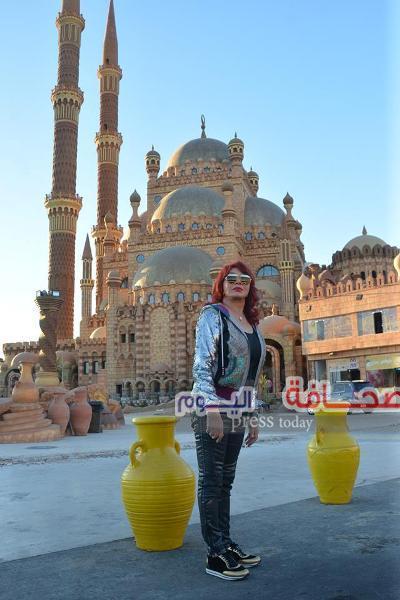 بالصور .. نبيلة عبيد تزور المسجد الجديد بشرم الشيخ
