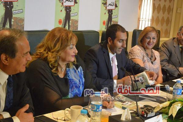 بالصور .. سراج الدين ياسين يوقع روايته النمر