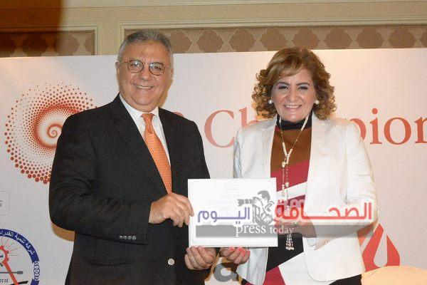 بالصور .. تكريم د. نور الزينى بالمؤتمر الدولى لتنمية الموارد البشرية