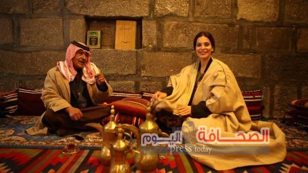 """مغامرات جديدة للنجمة دومينيك في بادية الأردن.. وسر لقائها بشيخ قبيلة """"المساعيد""""؟!"""