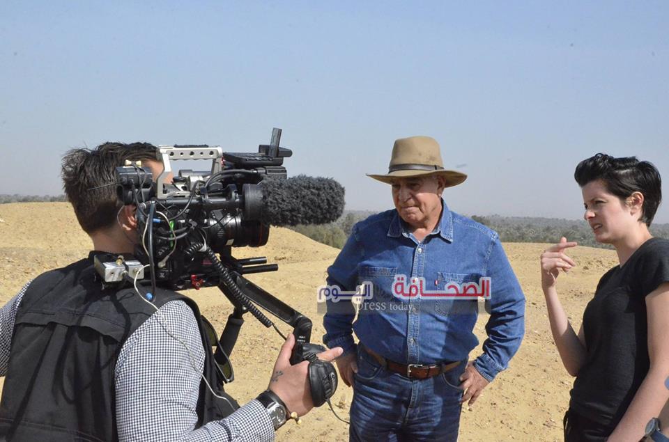 بالصور .. التليفزيون الامريكى يسجل برنامج عن سر بناء الأهرامات مع زاهى حواس
