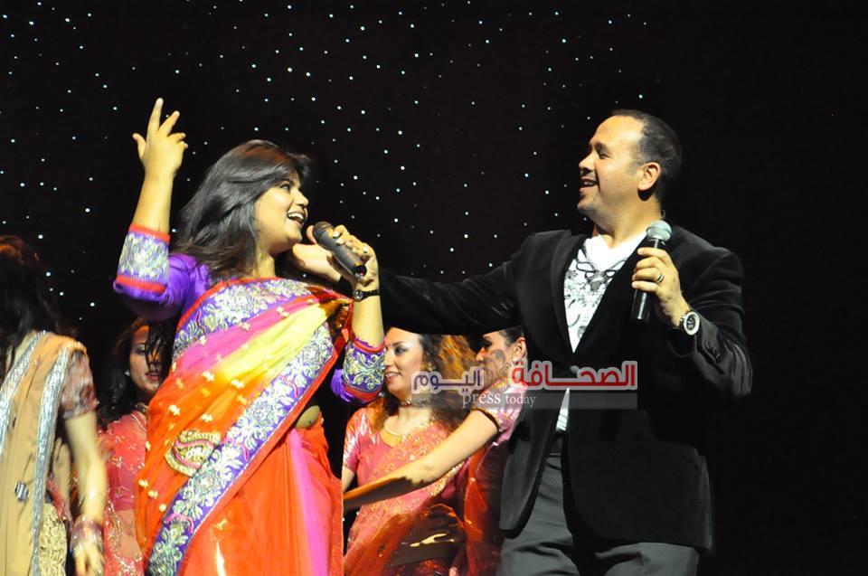 هشام عباس يغنى على الأنغام الهندية فى مهرجان الفنون التعبيرية