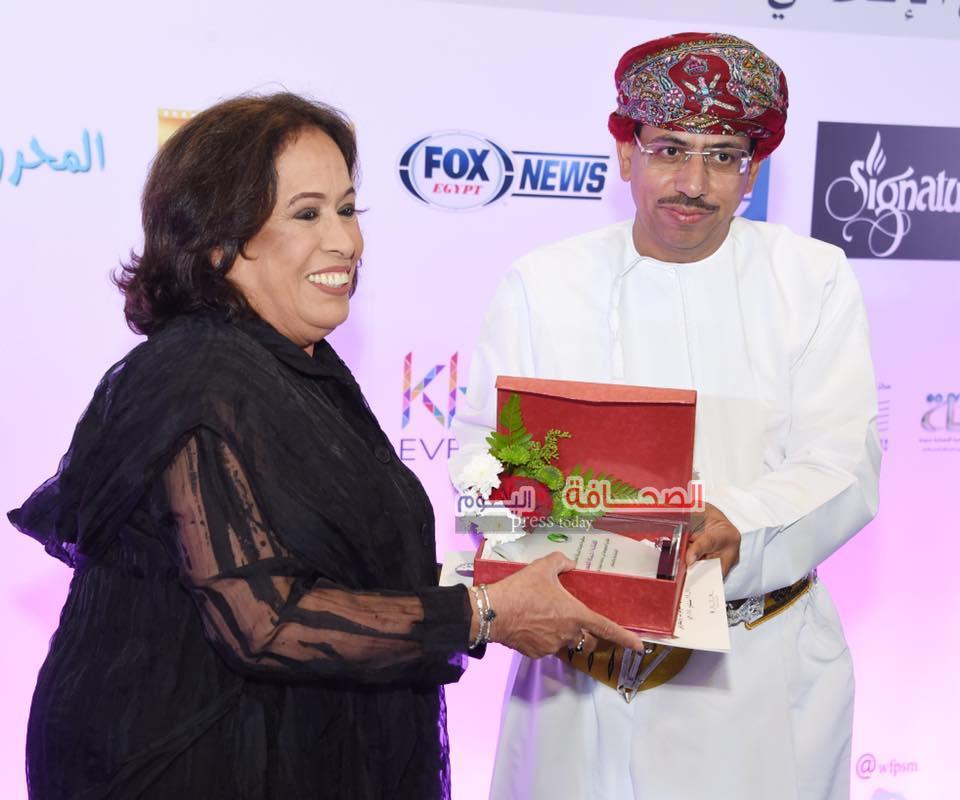 تكريم المشاركين فى ختام المنتدى الدولى الأول(المرأة والتحولات النفسية فى الأعلام)بسلطنة عمان