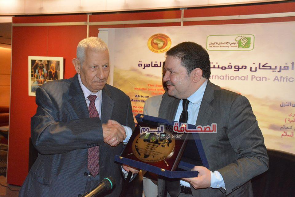 تكريم مكرم محمد أحمد فى إحتفالية وادى النيل بمؤسسة الأهرام