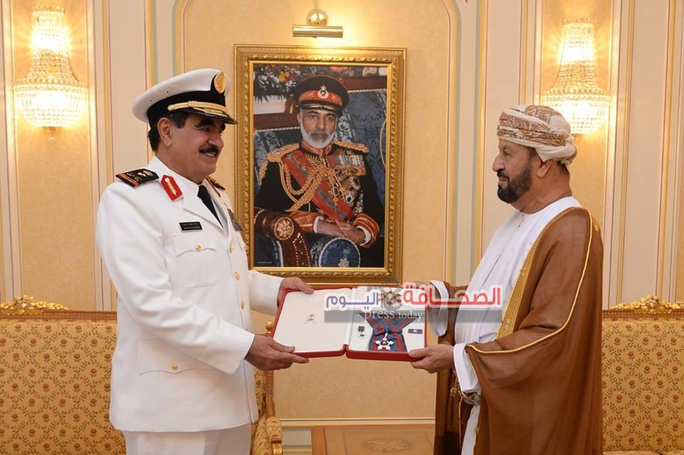 السلطان قابوس يمنح وسام عُمان العسكري لقائد القوات البحرية السعودية