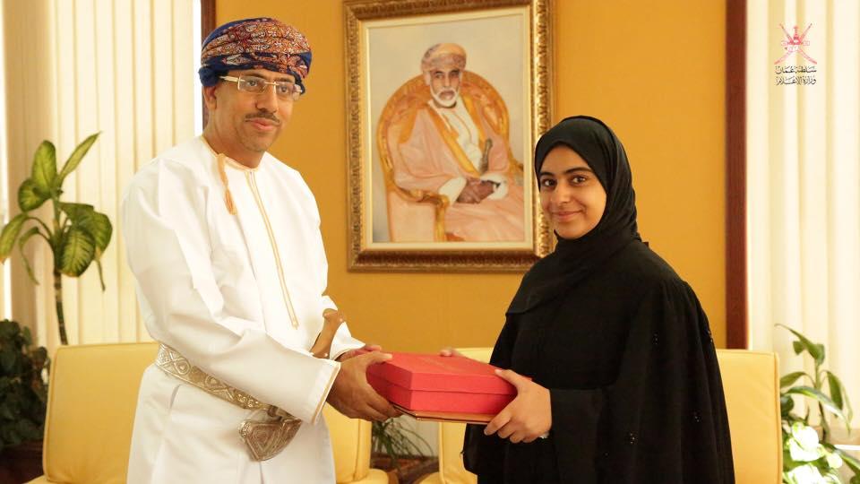 د. عبد المنعم الحسنى يكرم طالبة لموهبتها فى مجال التصوير الفوتوغرافى