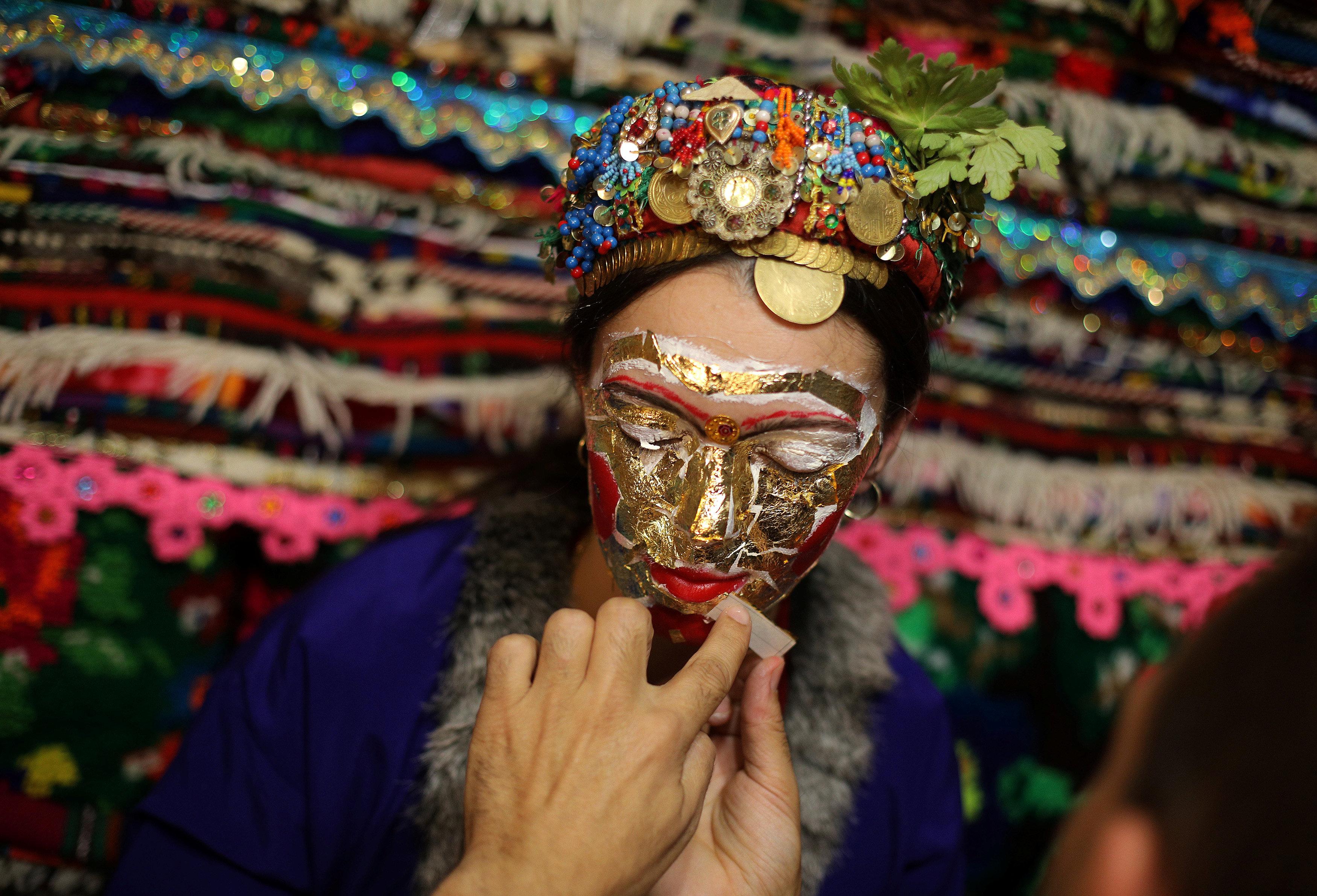 عروس بلغارية مسلمة تزين وجهها بالترتر والذهب فى حفل زفافها