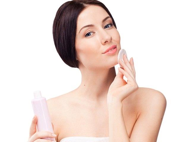 طرق سهلة لتنظيف بشرة وجهك وتجديد إشراقته