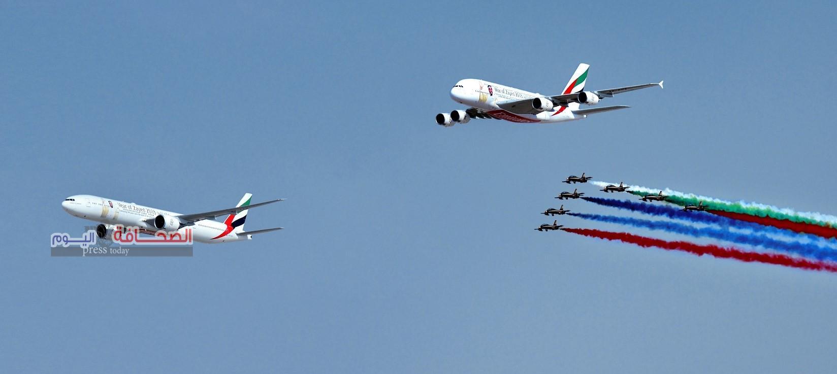 طائرتا الإمارات الإيرباص A380 والبوينج 777 في عرض جوي مشترك مع طائرات فريق الفرسان الإماراتي