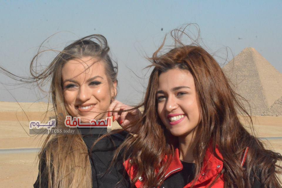 بالصور .. ملكتا جمال مصر واليونان تزوران أهرامات الجيزة وأبو الهول