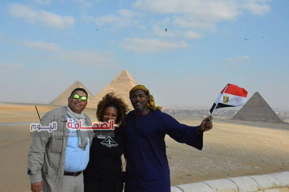 بالصور .. وفد سياحى أمريكى من أصول أفريقية يزورون الأهرامات