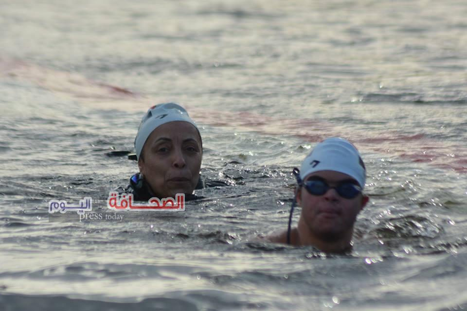 بالصور .. محمد الحسينى يعبر نهر النيل تحية لشهداء الشرطة