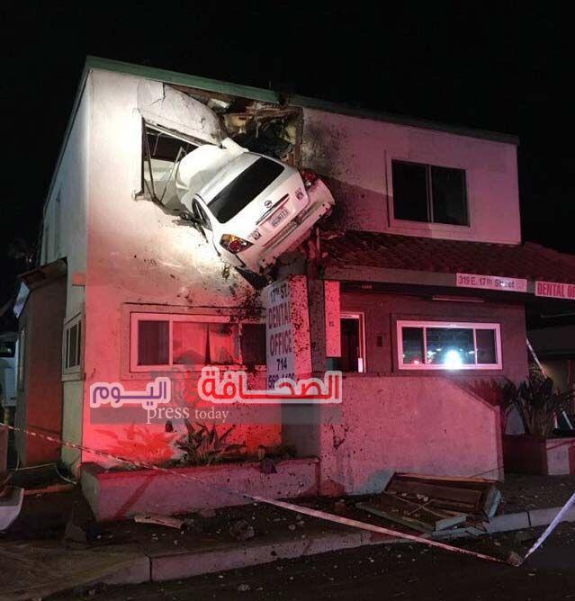 سيارة تطير في الهواء وتخترق جدار الطابق الثاني في إحدى المباني