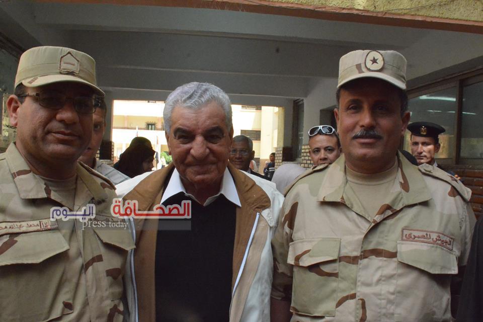 بالصور.. د. زاهى حواس يدلى بصوته فى الانتخابات الرئاسية