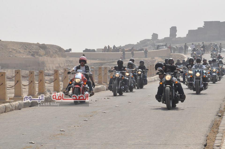 بالصور .. 1000 قائد دراجة نارية ينطلقون من أمام الأهرامات بهدف تنشيط السياحة