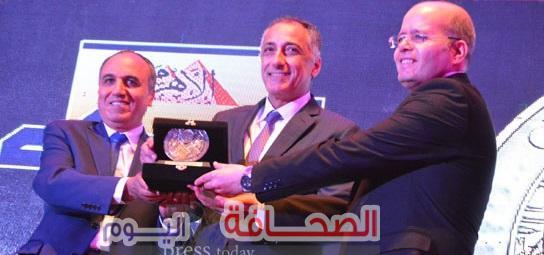 """بالصور .. تكريم """"عامر"""" بمؤسسة الأهرام كأفضل محافظ بنك لعام 2018"""