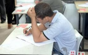 طالب بكلية الهندسة يؤدى إمتحان الفيزياء بدلآ من آخر