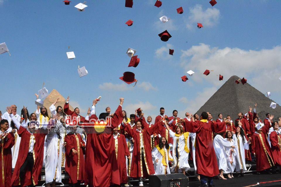 بالصور .. حفل تخرج طلبة الثانوية الأمريكية تحت سفح الأهرامات