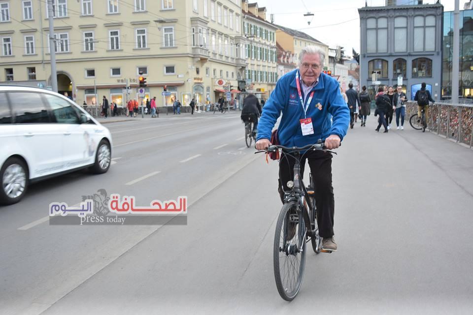 بالصور .. حسين فهمى أنا عاشق لركوب الدراجات منذ طفولتى