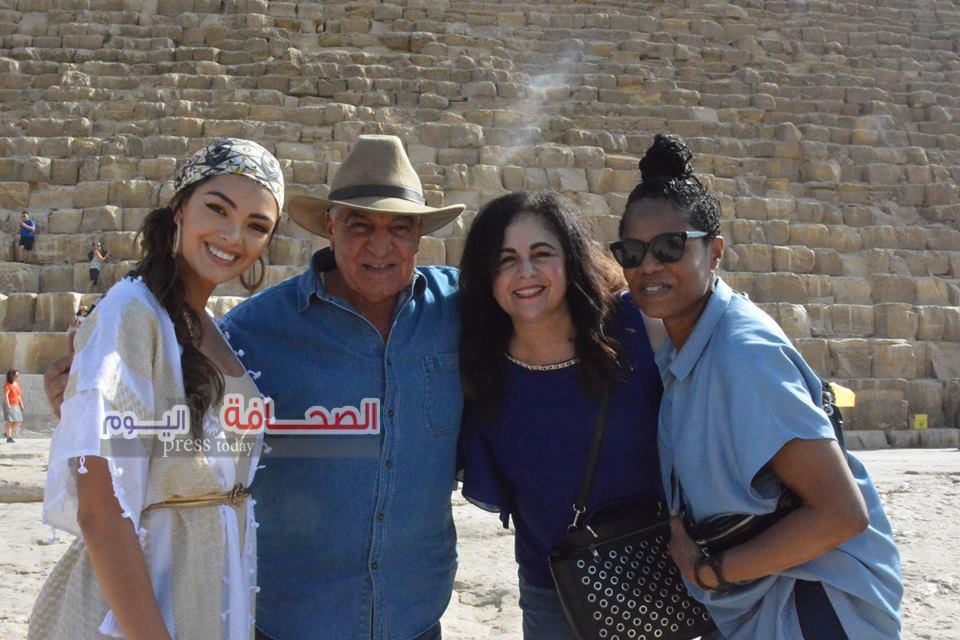 بالصور.. زاهى حواس يلتقى ملكة جمال جنوب أفريقيا أمام الأهرامات