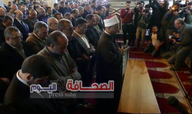 كبار الصحفيين والأهالى يؤدون صلاة الجنازة على إبراهيم سعده