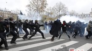 إشتباكات بين متظاهرى السترات الصفراء والشرطة بوسط باريس