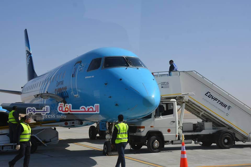 بالصور .. وزيرا السياحة والطيران يستقبلان أول رحلة طيران بمطار سفنكس الدولى