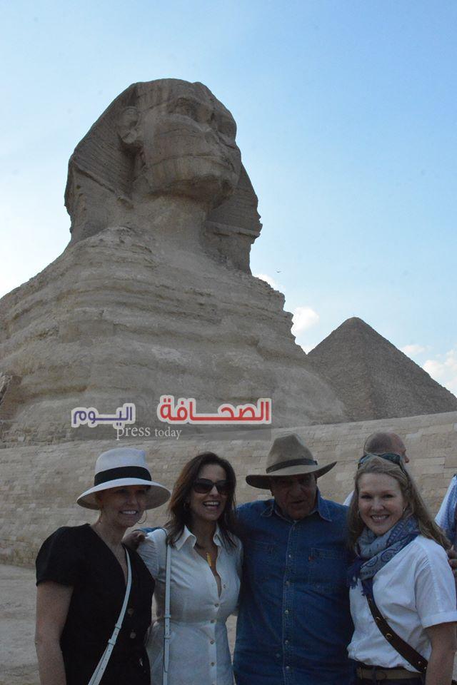 بالصور .. دينا باول تلتقى زاهى حواس أمام تمثال أبو الهول
