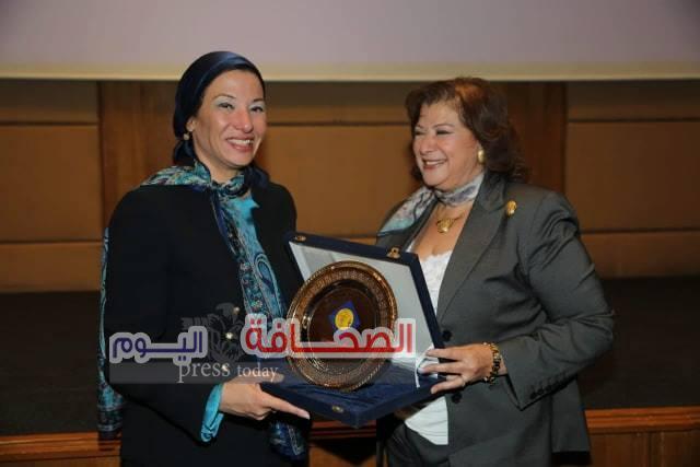 بالصور .. وزيرة البيئة تكرم د. إيمان جمال لجهودها فى حماية البيئة