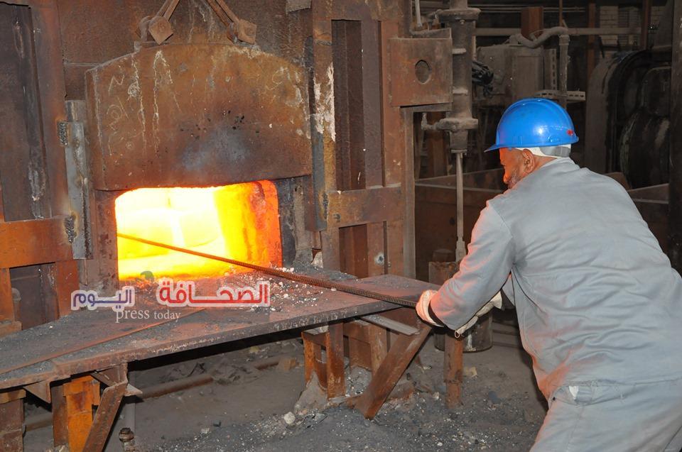 عمال مصر يحتفلون بالعيد أمام الفرن العالى لصب خام الحديد