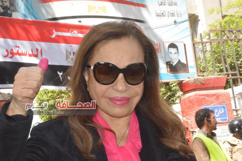 بالصور .. د. لوتس عبد الكريم تدلى بصوتها فى الاستفتاء على الدستور