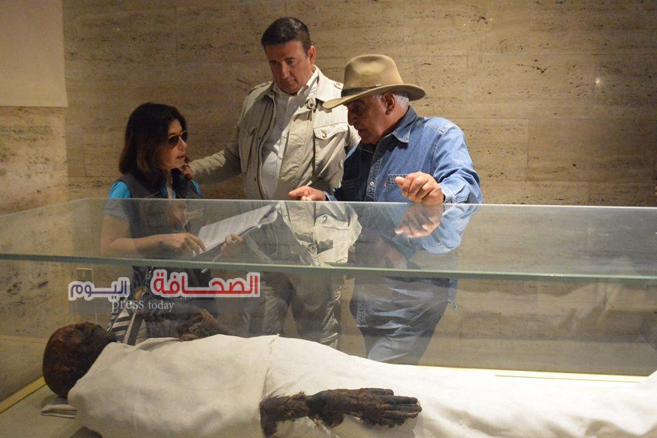 بالصور .. حواس وجيكابو يدعون للسياحة بالتليفزيون الايطالى من سقارة