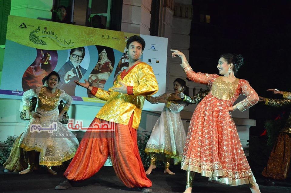 بالصور .. فرقة الرقص الهندى تعرض فنونها على نيل القاهرة